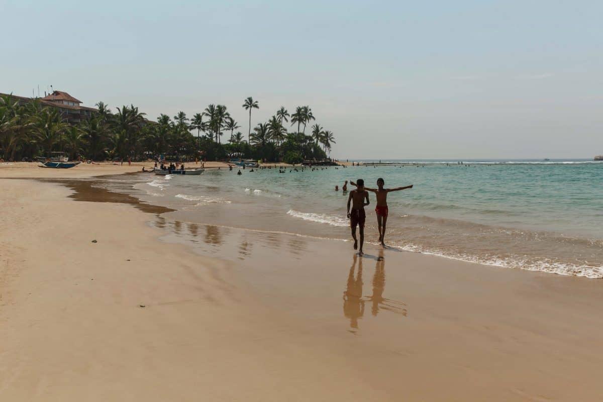 Как устроена Хиккадува и её пляжи, где бронировать отель, дом или виллу?
